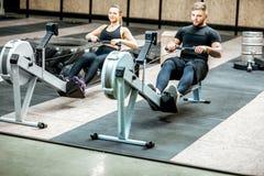 Acople o treinamento com as máquinas do exercício no gym fotografia de stock