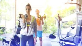 Acople o treinamento em uma escada rolante em um centro de esporte Fotos de Stock