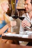 Acople o vinho vermelho bebendo no restaurante ou na barra Foto de Stock