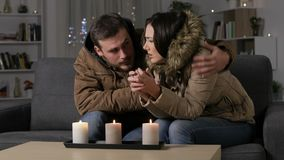 Acople a obtenção frio em casa sofrendo um falho elétrico filme