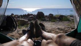 Acople os pés de junta na barraca durante o acampamento video estoque