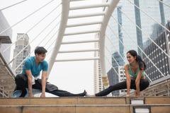 acople os pés do estiramento e execute a ioga fotografia de stock