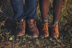 Acople os pés do homem e da mulher em exterior romântico do amor com outono s Fotografia de Stock Royalty Free