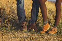 Acople os pés do homem e da mulher em exterior romântico do amor com outono s Fotografia de Stock
