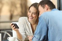 Acople a partilha de meios em um telefone esperto em uma barra imagem de stock