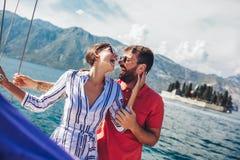 Acople passar o tempo feliz em um iate no mar F?rias luxuosas em um seaboat imagens de stock
