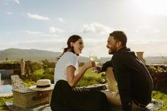 Acople passar o tempo junto em uma data romântica foto de stock