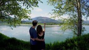 Acople a posição com o braço em torno de olhar o lago 4k filme