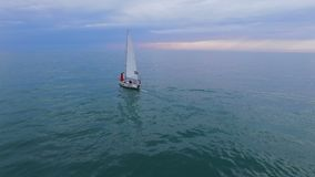 Acople a posição na curva do barco de navigação branco entre o oceano, vida futura, família vídeos de arquivo