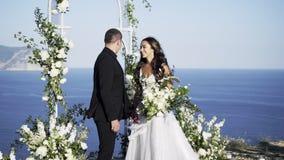 Acople a posição no arco decorado do casamento filme