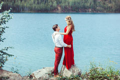 Acople a posição por um lago em um abraço Foto de Stock Royalty Free
