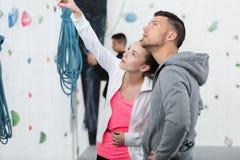 Acople pronto para escalar acima a parede da rocha no gym fotos de stock royalty free