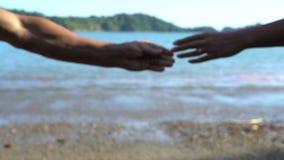 Acople a separação de suas mãos, divisão, crise nas relações, conceito do divórcio, término da história de amor, dissolução da fa video estoque