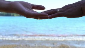 Acople a separação de suas mãos no por do sol, término da história de amor, dissolução da família, conceito do divórcio filme