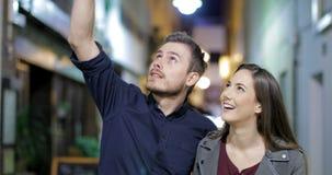Acople sightseeing de passeio na noite na rua video estoque