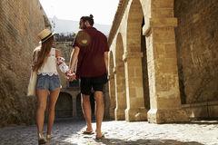 Acople sightseeing em férias, vista traseira, Ibiza, Espanha fotografia de stock royalty free
