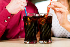 Acople a soda bebendo em uma barra ou em um restaurante Fotos de Stock Royalty Free