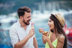 Acople ter a data e comer o gelado em férias Fundo do mar foto de stock royalty free