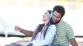 Acople ter o divertimento que escuta a música com fones de ouvido e a dança filme