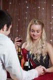 Pares que têm um comensal romântico Fotos de Stock Royalty Free
