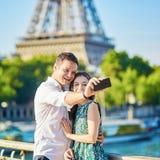 Acople ter uma data e a tomada do selfie perto da torre Eiffel em Paris, França fotos de stock royalty free