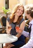 Acople ter uma tâmara e beber o vinho cor-de-rosa Imagens de Stock
