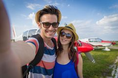 Acople a tomada de um selfie no aeroporto em férias foto de stock