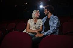 Acople a vista de se ao sentar-se no teatro imagens de stock royalty free