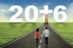 Acople a vista dos números 2016 na estrada Foto de Stock