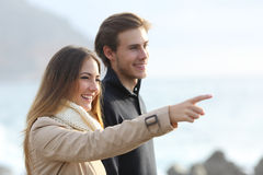 Acople a vista para a frente na praia e apontar fotos de stock royalty free
