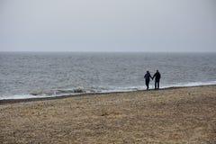 Acople walllking na praia de Southwold, Norfolk, Reino Unido imagem de stock royalty free