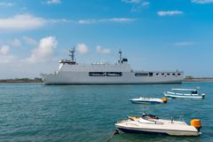 Acorazado militar en el océano fotos de archivo