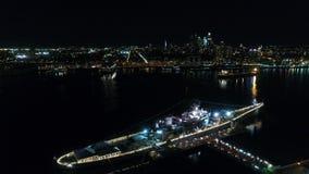 Acorazado New Jersey de la opinión aérea de la noche metrajes