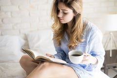 Acordar à leitura e ao café imagem de stock royalty free