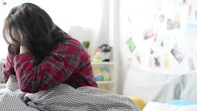 Acordar cansado da jovem mulher comprimido vídeos de arquivo