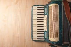 Acordeón del instrumento musical del vintage en la tabla de madera Fotografía de archivo libre de regalías