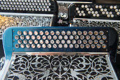 Acordeón del instrumento musical en una tienda fotografía de archivo