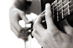 Acorde de la barra, guitarra acústica Imagenes de archivo