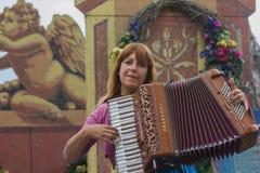 Acordeonista del músico de la mujer Fotografía de archivo