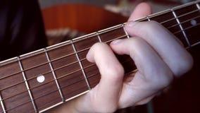 Acordes afianzados con abrazadera fingeres en el fingerboard almacen de metraje de vídeo