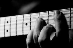 Acordo da música; Detalhe de mão na guitarra Fotografia de Stock Royalty Free