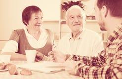 Acordo de assinatura envelhecido dos pares Imagem de Stock Royalty Free