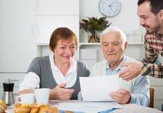 Acordo de assinatura envelhecido dos pares Fotografia de Stock