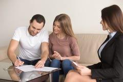 Acordo de assinatura na reunião com corretor de imóveis, aluguer de compra dos pares Fotografia de Stock Royalty Free