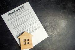 Acordo de compra O conceito de comprar uma casa, bens imobiliários, apartamento Corretor de imóveis e mediador imobiliário dos se imagens de stock