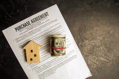Acordo de compra O conceito de comprar uma casa, bens imobiliários, apartamento Corretor de imóveis e mediador imobiliário dos se foto de stock royalty free