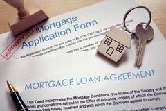 Acordo de empréstimo da aplicação de hipoteca e chave da casa Fotos de Stock Royalty Free