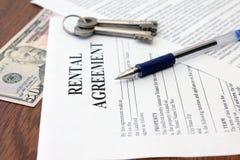 Acordo de locação residencial com dinheiro e chaves Imagens de Stock Royalty Free