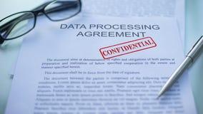 Acordo de processo de dados confidencial, mão que carimba o selo no documento de negócio vídeos de arquivo