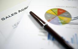 Acordo de vendas e lista de verificação fotos de stock